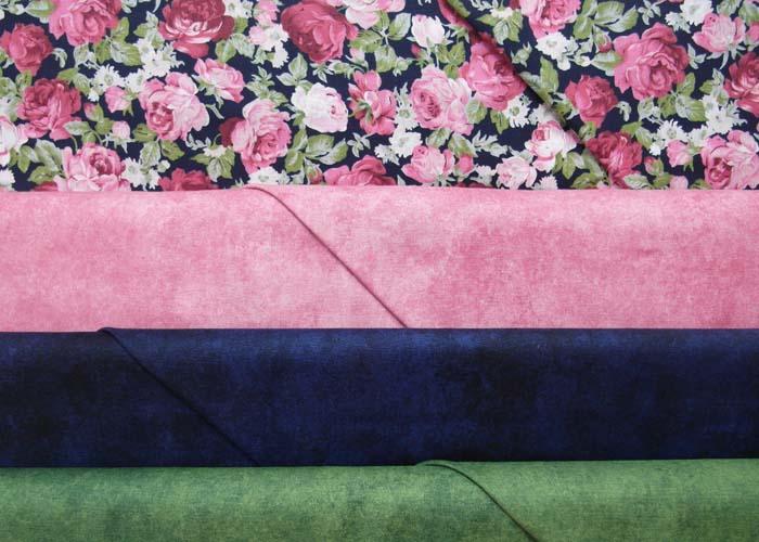 Stoffkombi-Dekostoff-Rosen-auf-blauem-Hintergrund