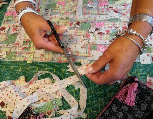 Rose-Decoration-kleine-Stoffschnipsel-schneiden